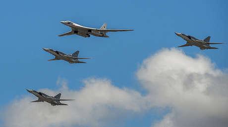El bombardero estratégico Tu-160 volando con aeronaves Tu-22M3.