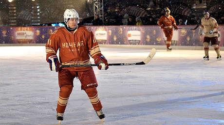 Putin participa en un partido de la Liga Nocturna de hockey sobre hielo