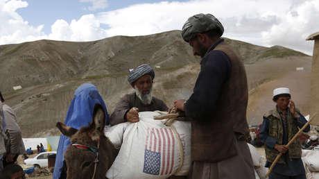 Personas desplazadas reciben ayuda tras un deslizamiento de tierras, Badajshán, Afganistán, mayo de 2014.