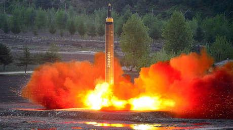 Lanzamiento del misil balístico Hwasong-12. Imagen difundida por KCNA el 15 de mayo de 2017.