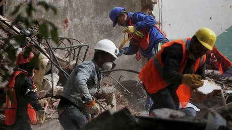 Rescatistas buscan sobrevivientes en un edificio derrumbado tras el terremoto que sacudió la Ciudad de México, 22 de septiembre de 2017.