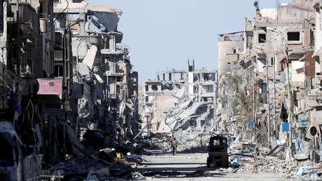 Un combatiente de las Fuerzas Democráticas Sirias se encuentra en medio de las ruinas de edificios cerca de la Plaza del reloj en Raqa, Siria, 18 de octubre de 2017.