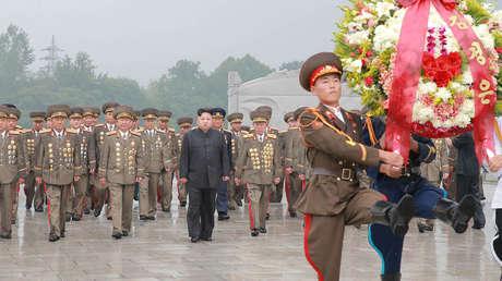 El líder norcoreano Kim Jong Un visita las tumbas de guerra para rendir homenaje a los muertos por el 64 ° aniversario del armisticio que puso fin a la Guerra de Corea.