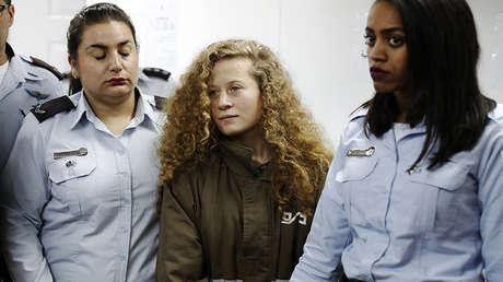 La activista palestina Ahed Tamimi comparece ante un tribunal militar en la prisión de Ofer, gestionada por Israel, en Cisjordania, el 28 de diciembre de 2017.