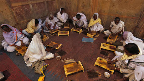 Las viudas asisten a una clase para hacer varitas de incienso en Vrindavan (India), el 6 de marzo de 2013.