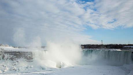 Una cascada parcialmente congelada en las Cataratas del Niágara, Ontario, Canadá, 17 de febrero de 2015.