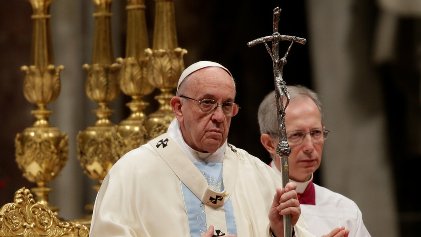 El papa despide 2017 divulgando una imagen de un niño cargando a su hermano muerto