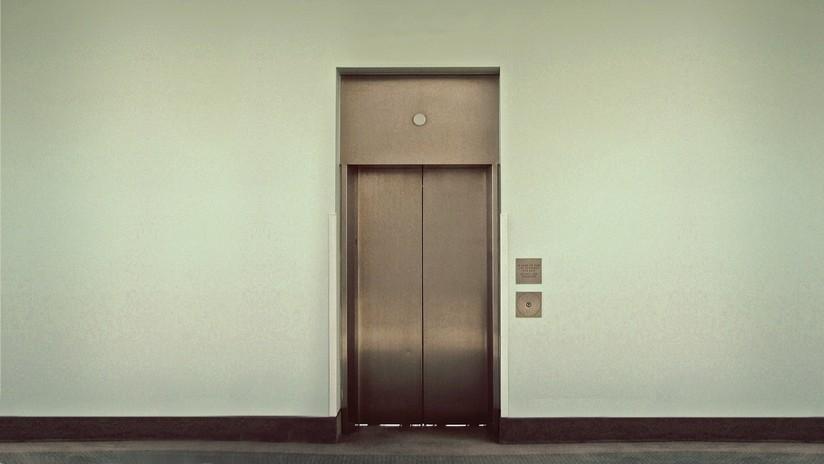 VIDEO INFARTANTE: Cae dentro de un ascensor y se rompe una pierna al quedar atascada en la puerta