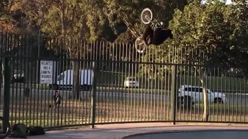"""No intente hacer esto en casa: """"El ciclista más afortunado"""" sale ileso de un peligroso truco (VIDEO)"""