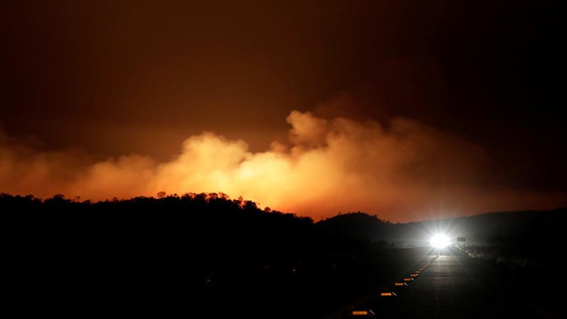 Un incendio forestal azota un pueblo en las afueras de Barcelona (FOTOS, VIDEO)