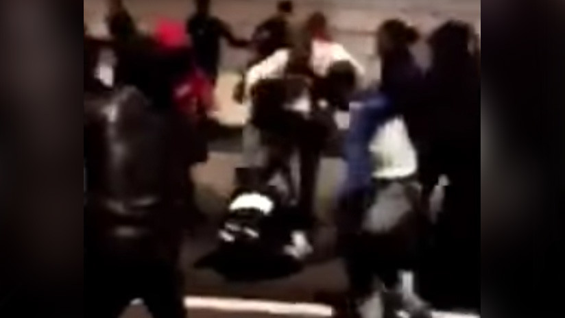 FUERTE VIDEO: Mujer policía y su compañero reciben brutal golpiza en Francia