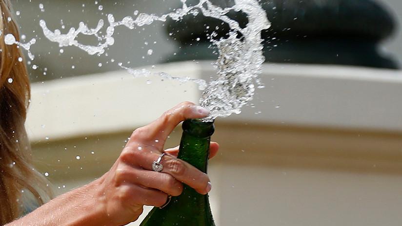 VIDEO VIRAL: Una hermosa joven posa con una botella de champán caro y comete un doloroso error