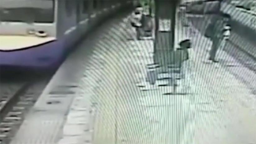 VIDEO: Un hombre de 70 años cae debajo de un tren y sobrevive de manera increíble