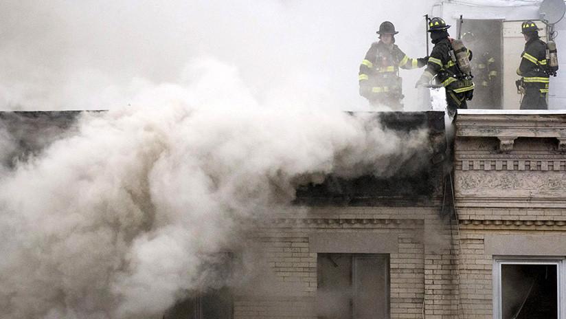 Bomberos luchan para extinguir un incendio en un edificio de tres pisos en EE.UU. (VIDEOS)