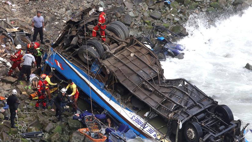 Perú: Bus cae al abismo en el Serpentín Pasamayo y deja al menos 51 muertos (VIDEO)