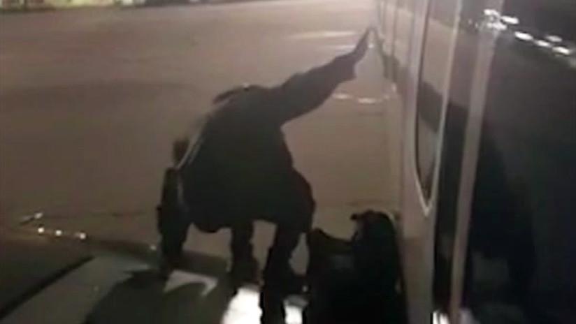 VIDEO: Cansado de esperar, un pasajero sale por la puerta de emergencia de un avión
