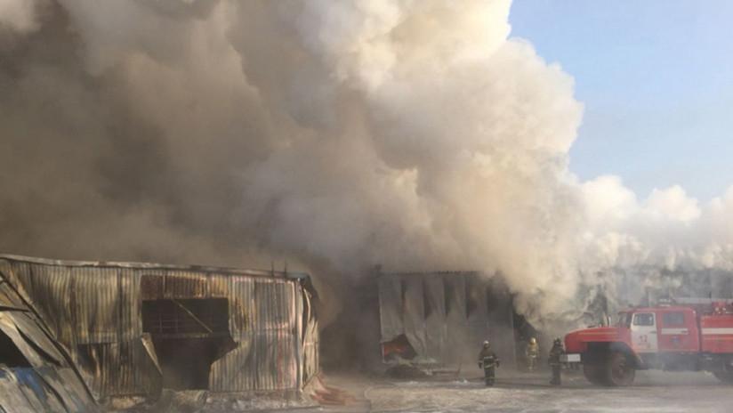 VIDEOS: Al menos diez muertos en un gran incendio en una fábrica de zapatos en Siberia