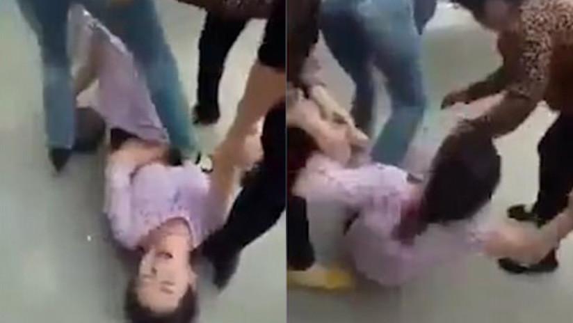 FUERTES IMÁGENES: Mujeres furiosas golpean salvajemente a una joven embarazada pisando su vientre