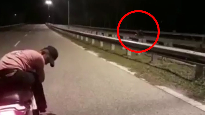 Una 'moto fantasma' sin conductor filmada en plena carretera incendia las redes
