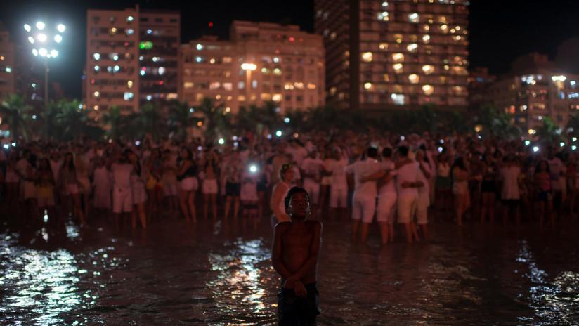 La fotografía de un niño en fin de año despierta el debate racial en Brasil