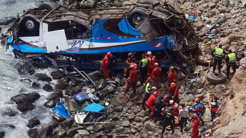 Perú: El hallazgo de dos cuerpos eleva a 52 el número de muertos en accidente de autobús (VIDEO)