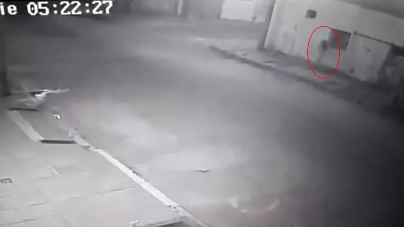 VIDEO: La joven que mató a su exnovio en Argentina quedó grabada al abandonar la escena del crimen