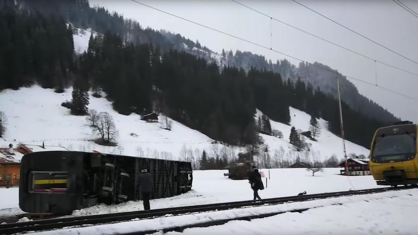 VIDEO: Un fuerte viento hace volcar un tren en Suiza