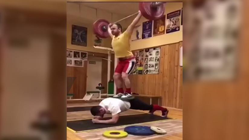 Un reto digno de Hércules: un atleta ruso hace una plancha con 200 kilogramos sobre su espalda