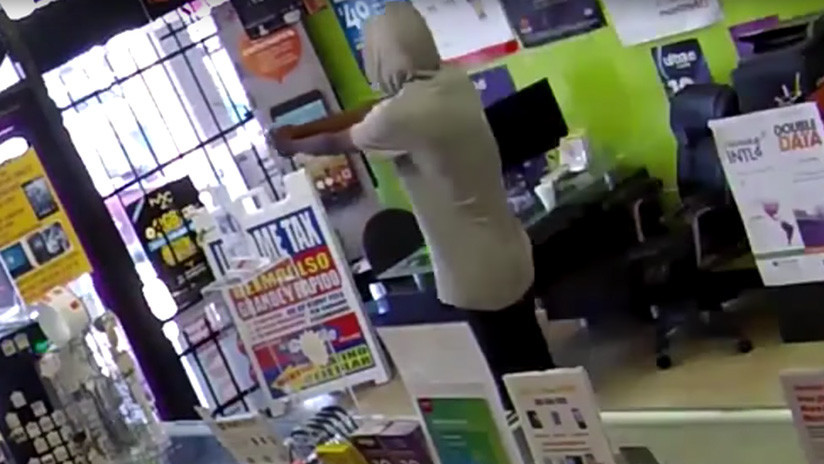 VIDEO: Un ladrón armado pide de rodillas que lo liberen de la tienda que acababa de robar
