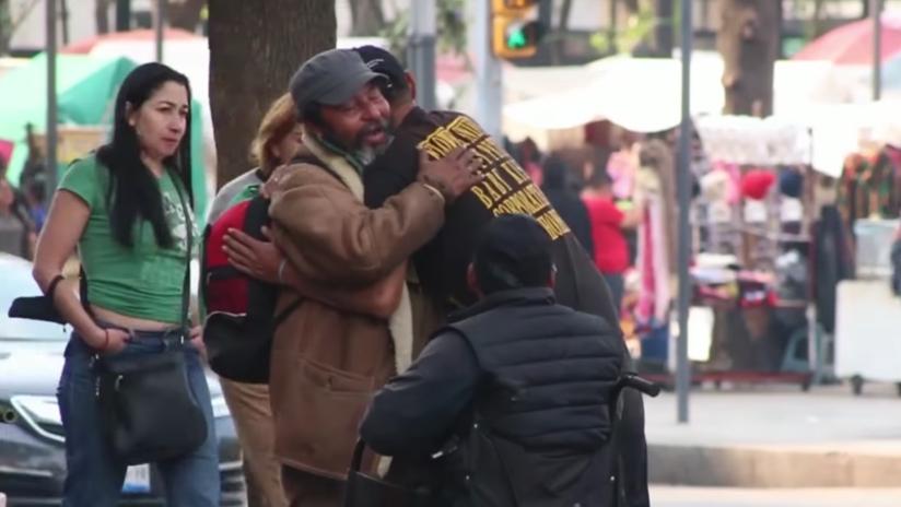 Una persona de la calle enseña la mejor lección para una sociedad cada vez más insensible (VIDEO)