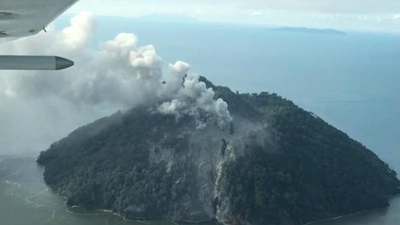 Una isla entra en erupción obligando a evacuar a toda su población y advierten de riesgo de tsunamis