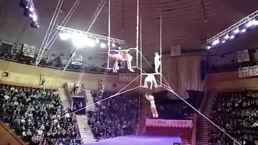 VIDEO: Una acróbata cae desde una altura vertiginosa durante una actuación de circo
