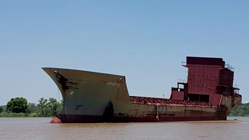 Un barco 'fantasma' a la deriva por un río de Argentina causa conmoción entre la población