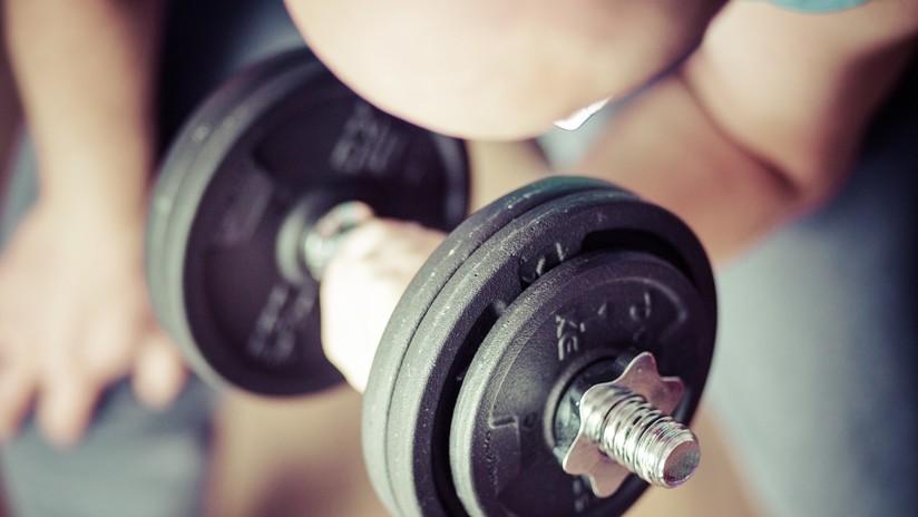 Impresionante evolución: Un joven convierte a su padre alcohólico en un gurú del 'fitness'