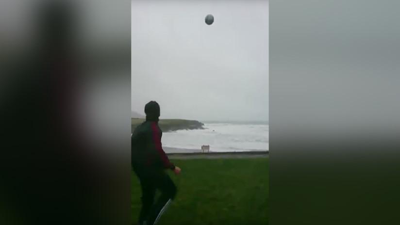 VIDEO: Un futbolistadesafía a la naturaleza jugando con el huracán Eleanor