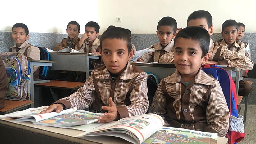 """""""Es el camino a una invasión cultural"""": Irán prohíbe el inglés en la escuela primaria"""