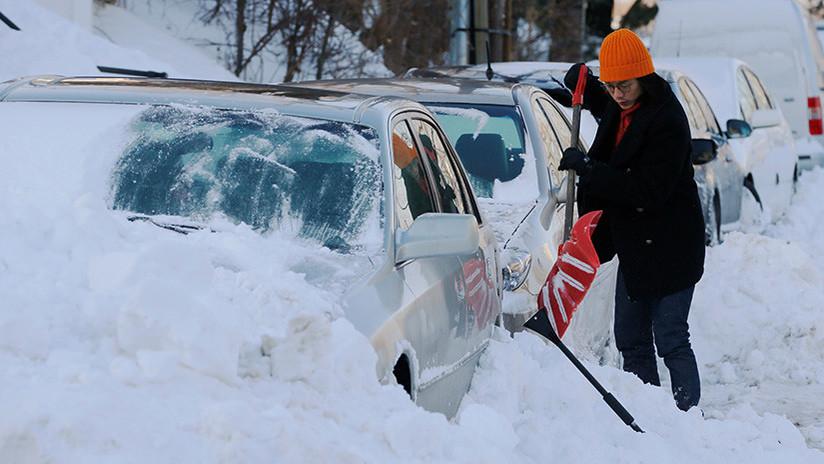 FOTOS, VIDEOS: Una ola de frío sin precedentes deja más de 20 muertos y congela calles en EE.UU.