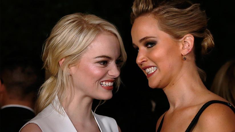 VIDEO: Emma Stone 'caza' a Jennifer Lawrence con solo media cara maquillada