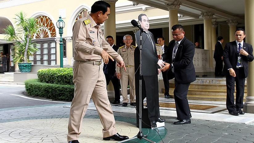 """""""Pregunten a este tipo"""": Primer ministro tailandés sorprende a la prensa con un doble de cartón"""