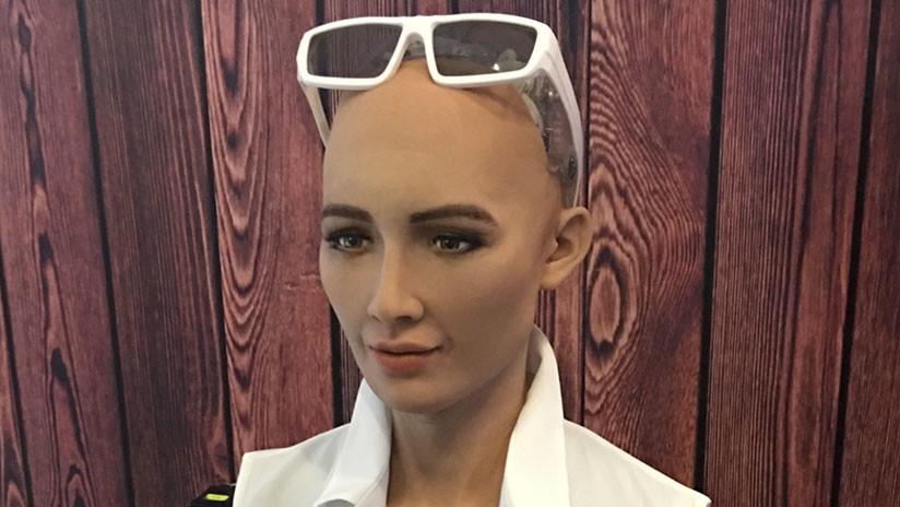 VIDEO: Sofía, el robot que prometió aniquilar la humanidad, aprende a caminar