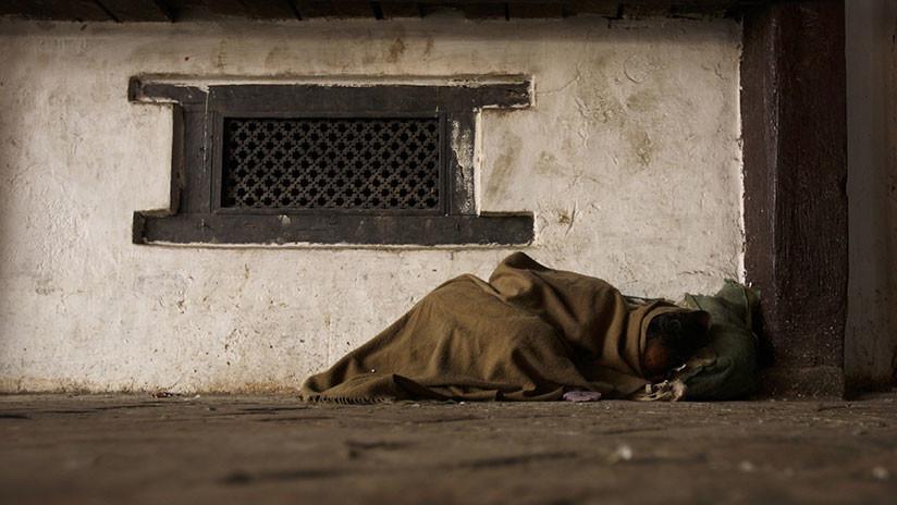 Joven mujer es obligada a dormir fuera de su casa por menstruar y aparece muerta