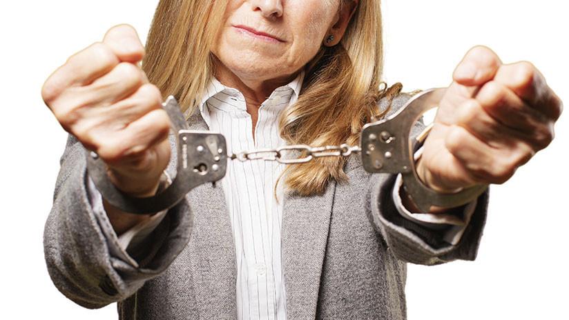 EE.UU.: Maestra es encarcelada tras preguntar sobre el salario en una reunión escolar (VIDEO)