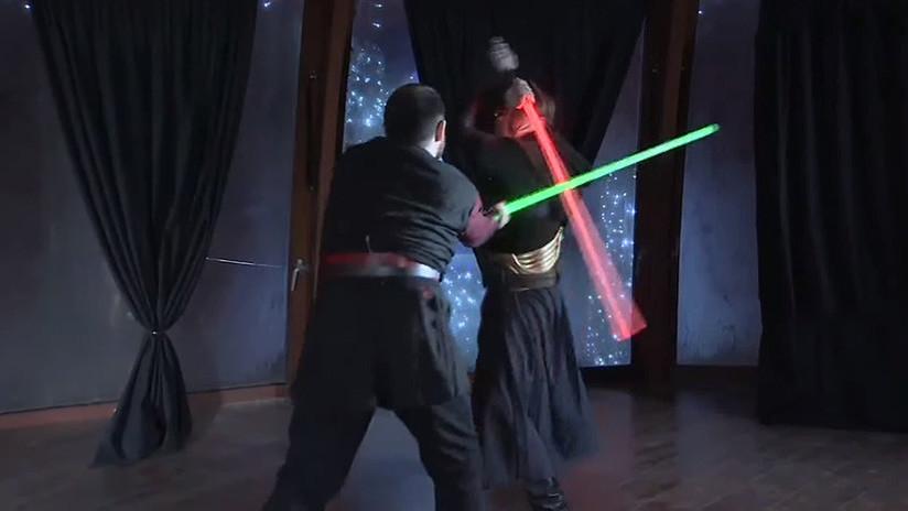 VIDEO: Duelos 'jedi' con sables de luz en Moscú