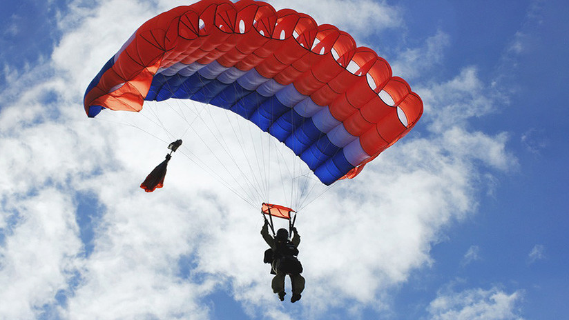 VIDEO: Cae al vacío con un paracaídas…que salió de su mochila