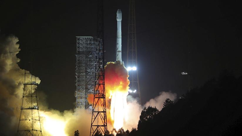 VIDEOS, FOTO: El propulsor de un cohete cae y explota cerca de una ciudad china
