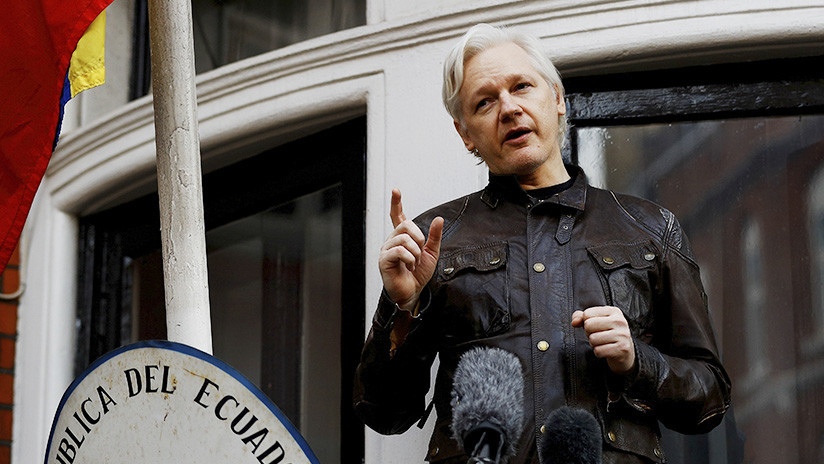 Assange desconcierta a la Red con un misterioso tuit