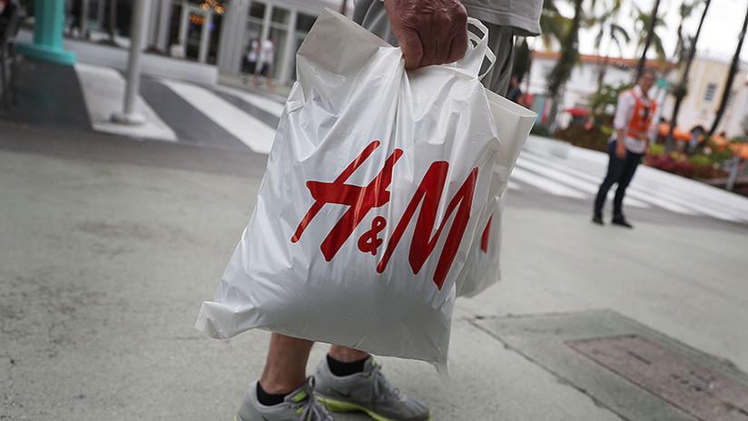 """VIDEO: Atacan tiendas de H&M en Sudáfrica por el anuncio """"racista"""" de un niño negro"""