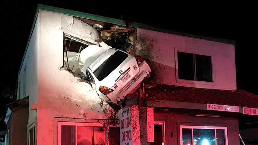 EE.UU.: Un auto sale volando de una carretera y se incrusta contra un edificio (VIDEO, FOTOS)
