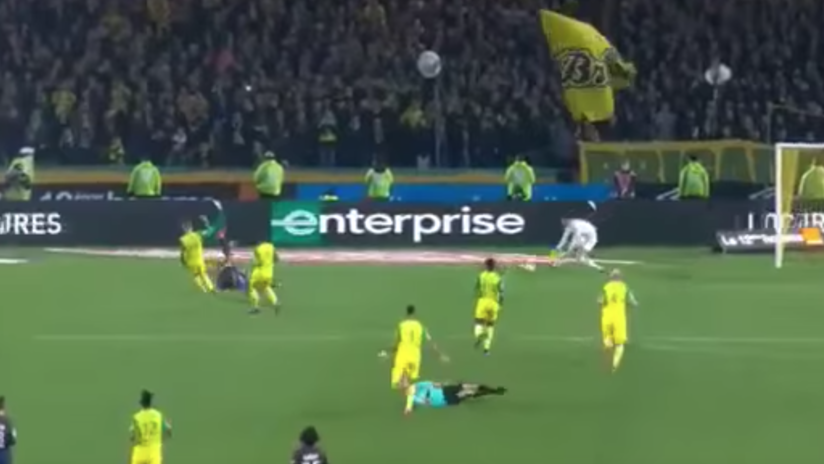 VIDEO: Un árbitro da una patada a un futbolista y lo expulsa