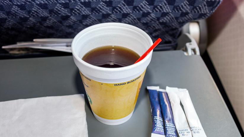 Una asistente de vuelo revela por qué no debe tomar café en los aviones